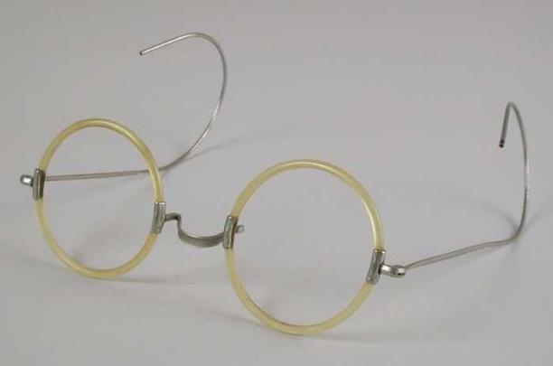 Bril met ronde glazen montuur van dun transparant geel kunststof blank metalen brug en dunne - Metaal schorsing en glazen ...