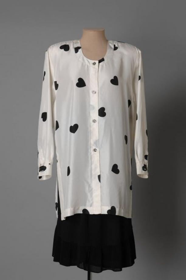 witte blouse met zwarte hartjes