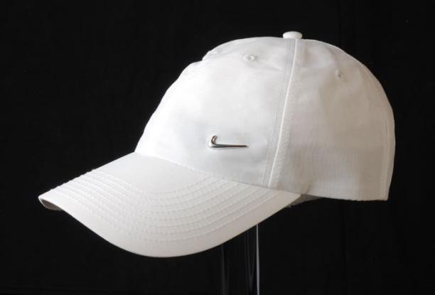 4719e1fc392 Pet van merk Nike. Geheel wit met zilverkleurig Nike logo op de voorkant.  One size fits all model. De pet bestaat uit zes driehoekige vlakken met elk  een ...