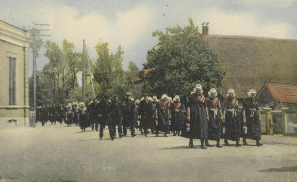 Ansichtkaart met kerkgangers te Staphorst (AA 29282),collectie Nederlands Openluchtmuseum.