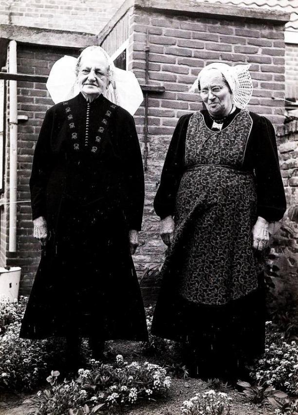 Citaten Uit Twee Vrouwen : Twee vrouwen uit oosterland in duivelandse streekdracht