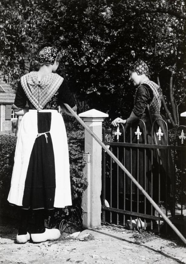 Meisje met witte werkschort, 1960. Foto AA 78753, collectie Nederlands Openluchtmuseum.