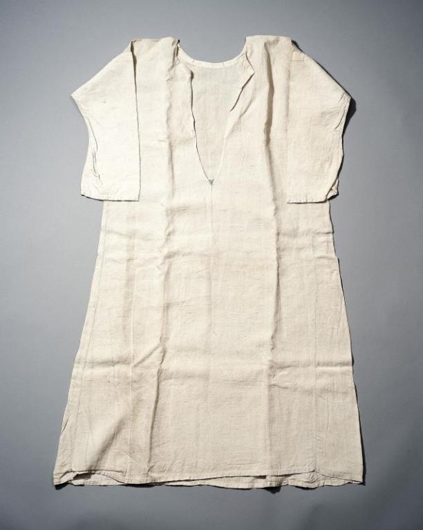 Wit linnen vrouwenhemd, gedragen in de Achterhoek, vóór 1948, collectie Nederlands Openluchtmuseum.