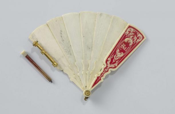 Balboekje van ivoor in de vorm van een brisé-waaier, met potloodje, anoniem, ca. 1890 - ca. 1900, Rijksmuseum, schenking van jkvr. C.I. Six, 's-Graveland.
