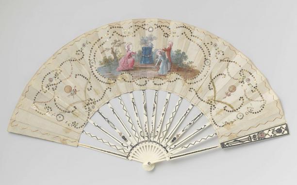Vouwwaaier, aquarel op zijde, metalen lovertjes, been met métal en quattre couleurs glas, Frankrijk, ca. 1783-1784, Rijksmuseum, bruikleen van het Koninklijk Oudheidkundig Genootschap.
