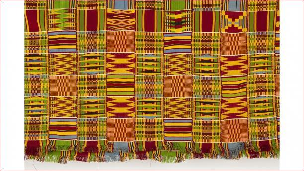 Kente-kleed voor een vrouw uit de Ashanti-regio, 1950-1995, collectie Stichting Nationaal Museum voor Wereldculturen.