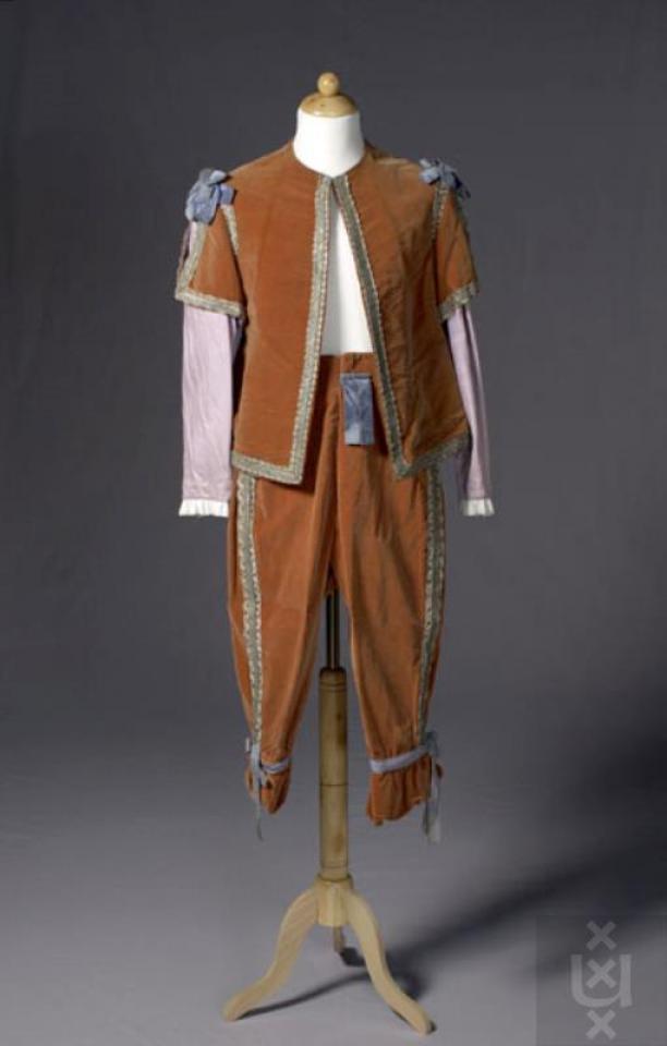 Kostuum gedragen door één van de voetknechten in The Sleeping Princess. Een 18e eeuwse jas met lange schoot van blauwe stof bedrukt met gouden motieven aan de voorzijde. Theatercollectie Bijzondere Collecties UvA.