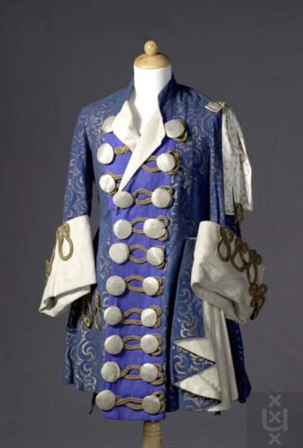 Kostuum gedragen door één van de vier pages in The Sleeping Princess. Een bovenstuk en een broek van bruin fluweel. Theatercollectie Bijzondere Collecties UvA.