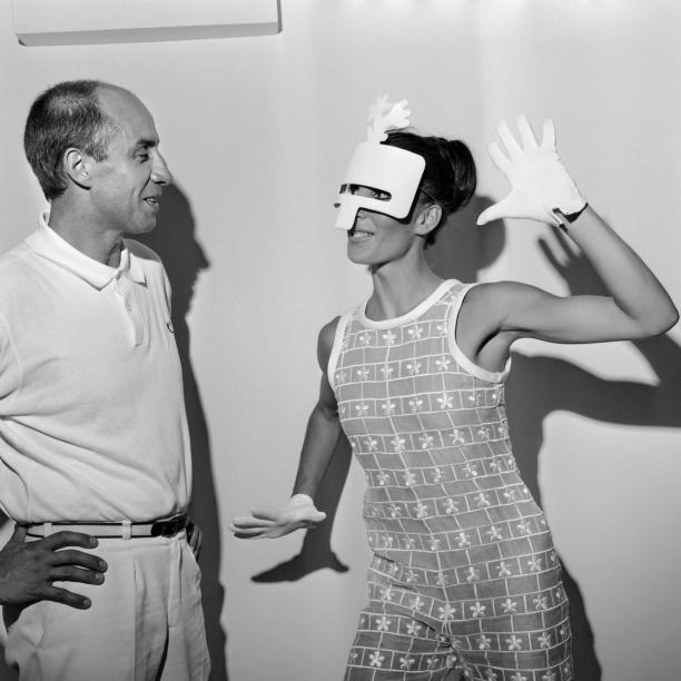 Andre Courrèges samen met model in één van zijn ontwerpen voor de 1967-1968 collectie.