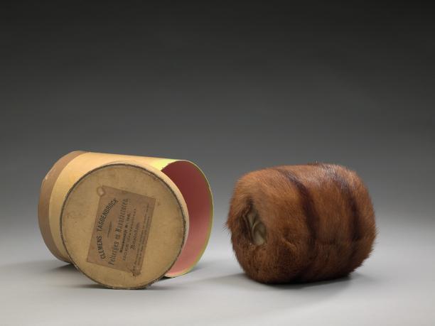 Schenking van mevrouw Klomp: een mof van vossenbont met doos, oorspronkelijk gekocht door mevr. Mijntje Kuiper, ca. 1930, Amsterdam Museum.
