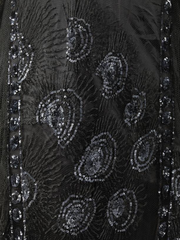 Foto 2: Detail enkellange avondjapon met sleep, zwarte filetkant versierd met zwarte pailletten en op de heup voorzien van een afhangende corsage van felroze rozen en druiven, inv.nr. BK-1973-365, collectie Rijksmuseum Amsterdam (photo credits: Rijksmus