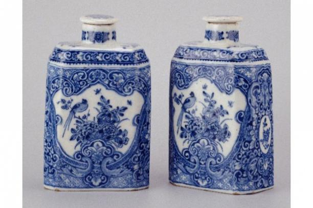 Twee theebussen in oosterse stijl, Delft, 1725-1750.