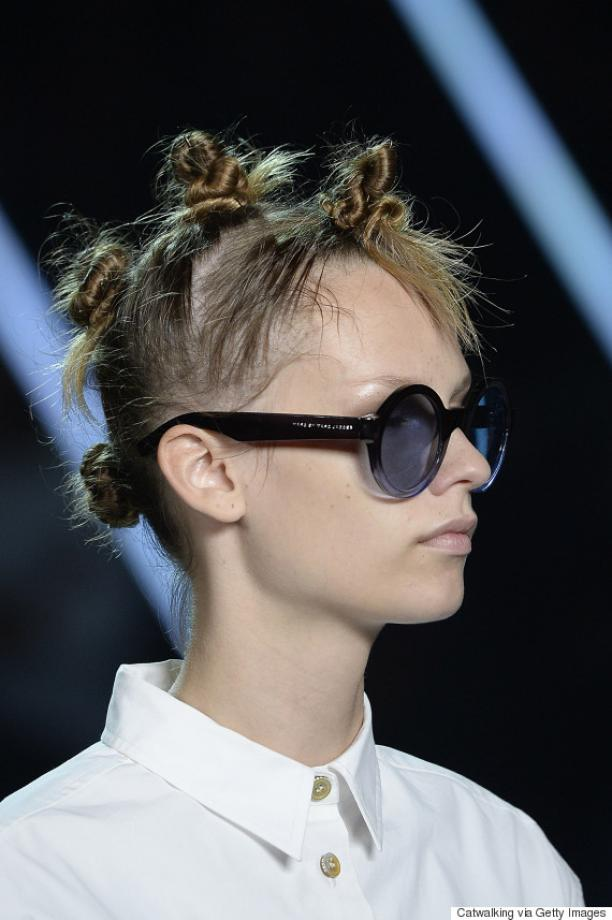 De 'twisted mini buns' van Marc Jacobs werden juichend ontvangen door de modepers, die overigens verzuimde gewag te maken van de origine van deze traditionele Afrikaanse haardracht. Foto: Getty Images, via: Huffingtonpost.com.