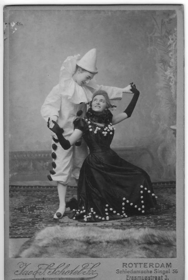 Pierot en Pierette, familieverkleedfoto, collectie Jacoba de Jonge.