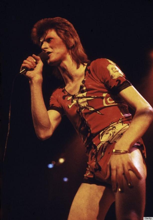 David Bowie on stage in 1973 gehuld in het leren rompertje met konijnen van Kansai Yamamoto.