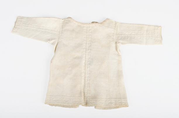 Babyborstrokje gebreid van wit katoen, 1716-1725, collectie Fries Museum Leeuwarden.