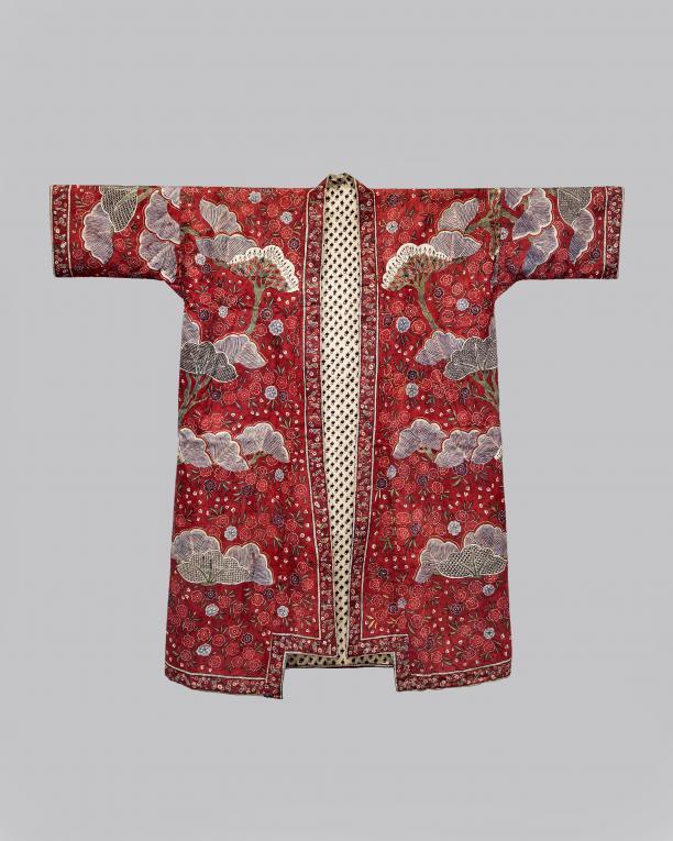 Japonse rok van Indiase sits in kimonovorm, beschilderd met prunus en pijnboommotief op rode grond, gevoerd met twee soorten eenvoudige bedrukte Indiase katoen Handbeschilderde katoen, sitstechniek, India, ca. 1700 (Collectie Fries Museum T2016-038)