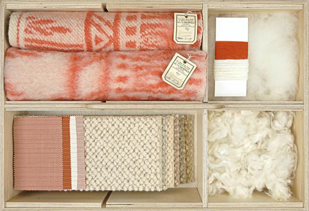 Wol - deken, garen, ruwe en gekaarde wol, tapijt, kledingtextiel, lade Textielwarenkast, TextielMuseum, Tilburg