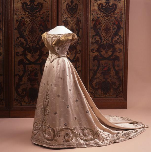 Inhuldigingsjurk Koningin Wilhelmina, Nicaud & Cie., Parijs, 1898, collectie Stichting Historische Verzamelingen van het Huis-Oranje Nassau.