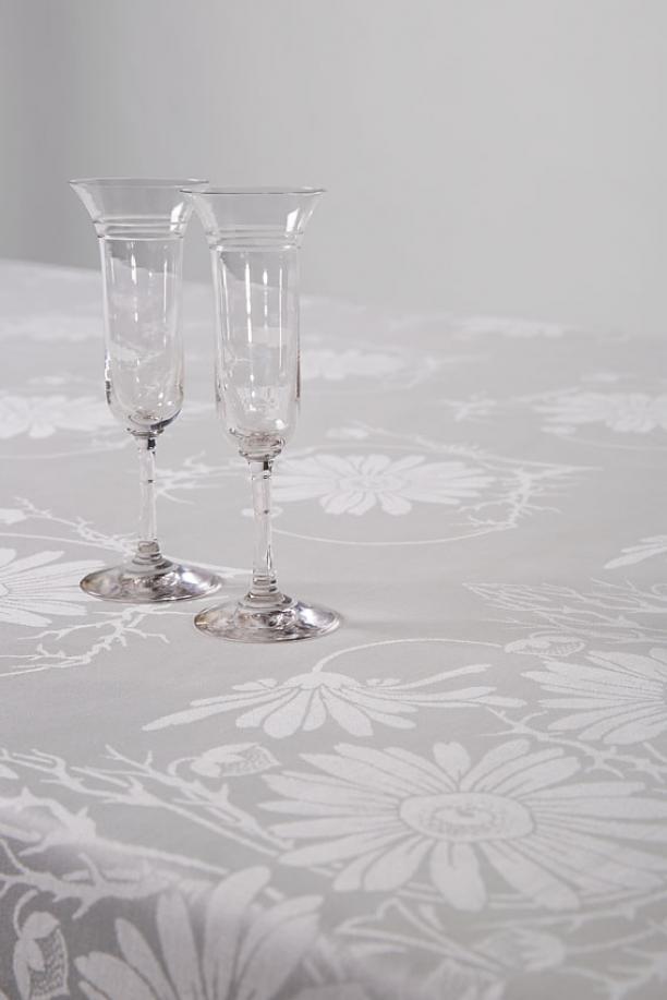 Damasten tafellaken 'Marguérite' (nr. 500) van Cornelis van der Sluys, uitgevoerd door E.J.F. van Dissel, Eindhoven, 1903, met glasservies van H.P. Berlage, Cristallerie de Pantin, Frankrijk, ca 1900. Foto: Josefina Eikenaar/ TextielMuseum.