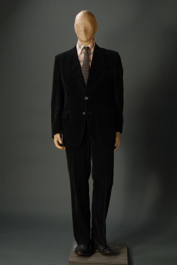 Herenkostuum van André van der Louw, bestaande uit zwarte corduroy broek en colbert, McGregor, 1970-1974, collectie Museum Rotterdam.
