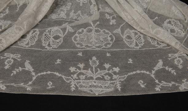 Detail kanten strook Friese 'Duitse' muts (26004), schenking door Wytske Sjoerdina Johanna Van Stolk-Quintus, collectie Museum Rotterdam.
