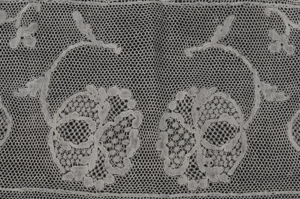 Detail kanten strook Friese 'Duitse' muts (26004), schenking door erven van Wytske Sjoerdina Johanna Van Stolk-Quintus, collectie Museum Rotterdam.