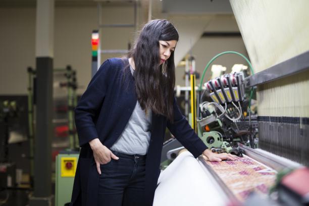 Jennifer Tee in het TextielLab. Foto: Tommy de Lange i.o.v. TextielMuseum.