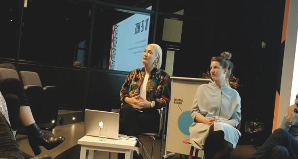 Moderator en stijlantropoloog Carmen Hogg en mede-oprichter van PUHA Tamara Karsdorp bij de Meet Up 'Dragers Uit de Mode'. Beeld: Sterre Snijders.