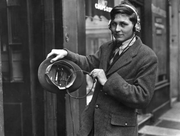 H. Day, Hoge hoed met radio, 1922.