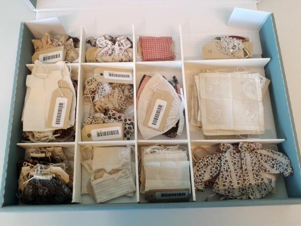 Miniatuurkleding in prentdoos in het depot van het Amsterdam Museum.