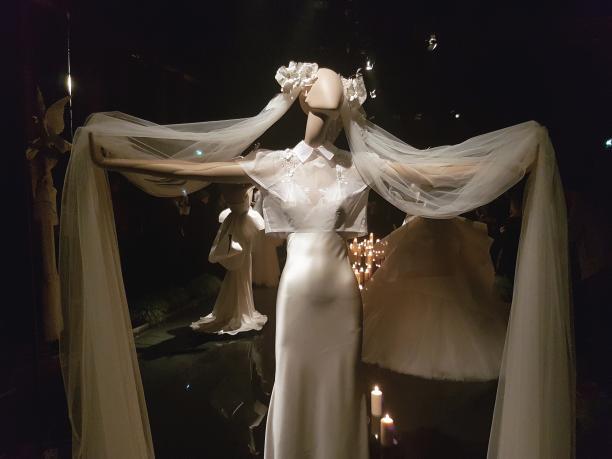 Een van de 'bruiden' in de expositie. Foto: Charlotte de Gier.