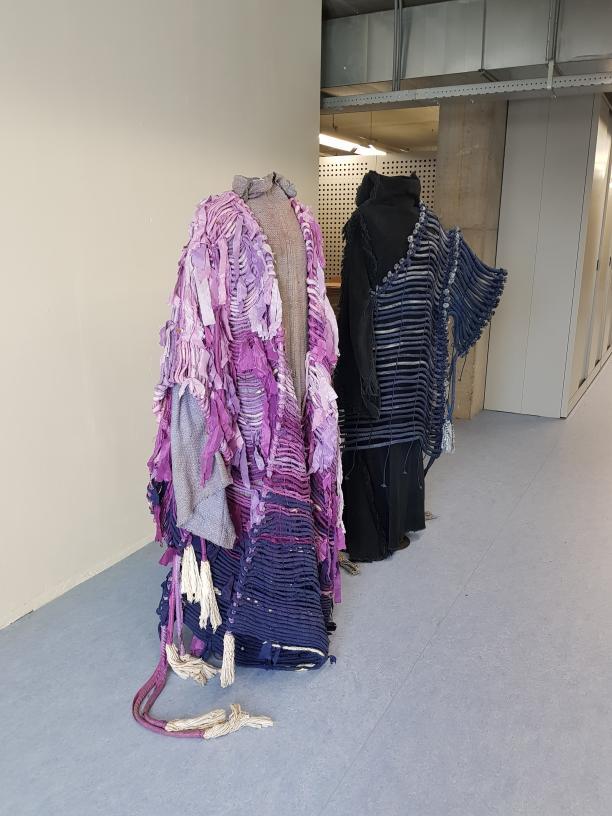 Emi Wada kostuums die op een mannequin staan in het depot.