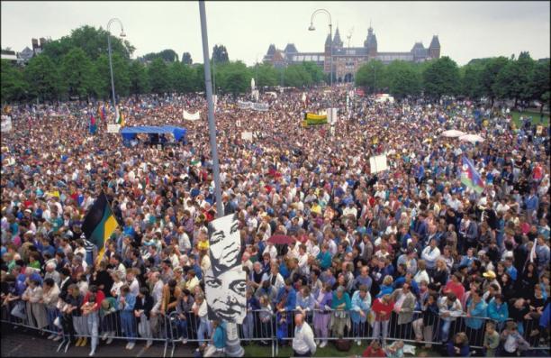 Ruim vijftigduizend mensen demonstreren tegen apartheid in Zuid-Afrika en Namibie op het Museumplein in Amsterdam, foto:© ANP Cor Mulder