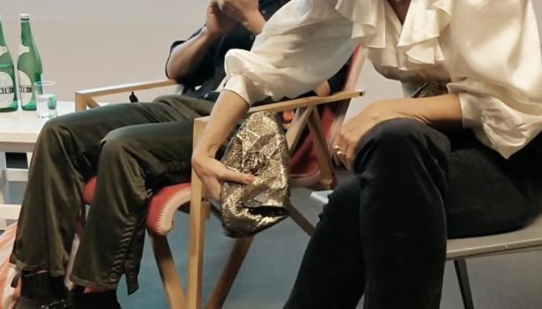 Antoinette van den Berg laat de tas zien die ze uitkoos bij haar outfit. Beeld: Sterre Snijders.