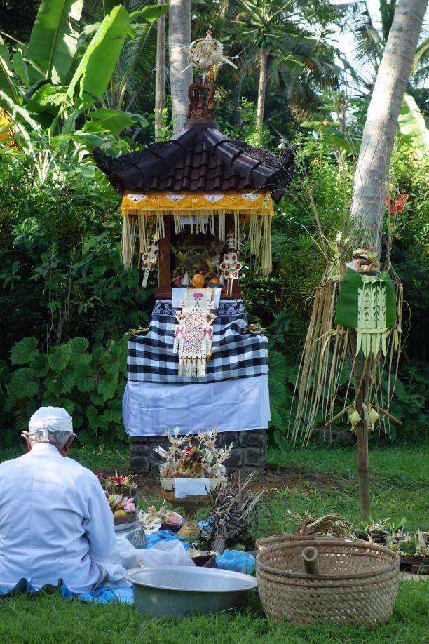 Afb. 2: Tempelschrijn gehuld in feestkleding; Bali, Budakeling, 2016. Fotograaf: Francine Brinkgreve