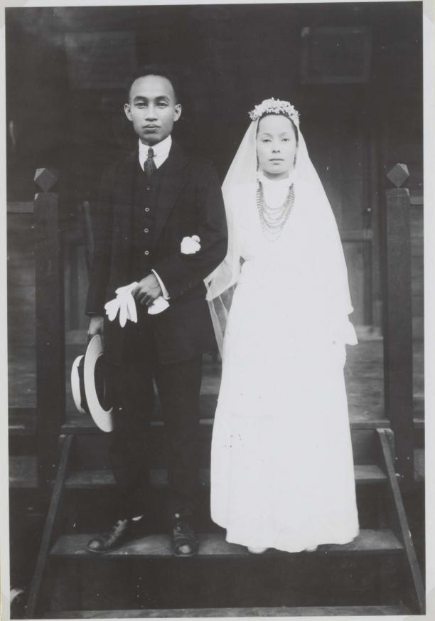 bruidspaar in westers bruidskostuum