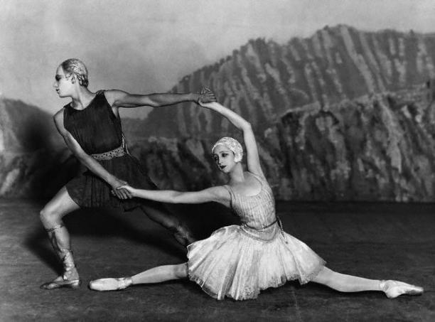 Serge Lifar en Danilova in Stravinsky's 'Apollo' (Ballets Russes, 1928). Kostuums ontworpen door Coco Chanel.