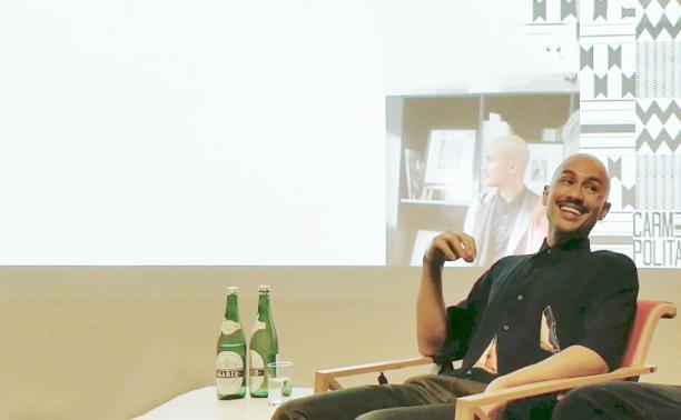 Nick Pieplenbosch, bruikleengever voor 'Uit de Mode', tijdens de Meet Up 'Dragers Uit de Mode'. Beeld: Sterre Snijders.