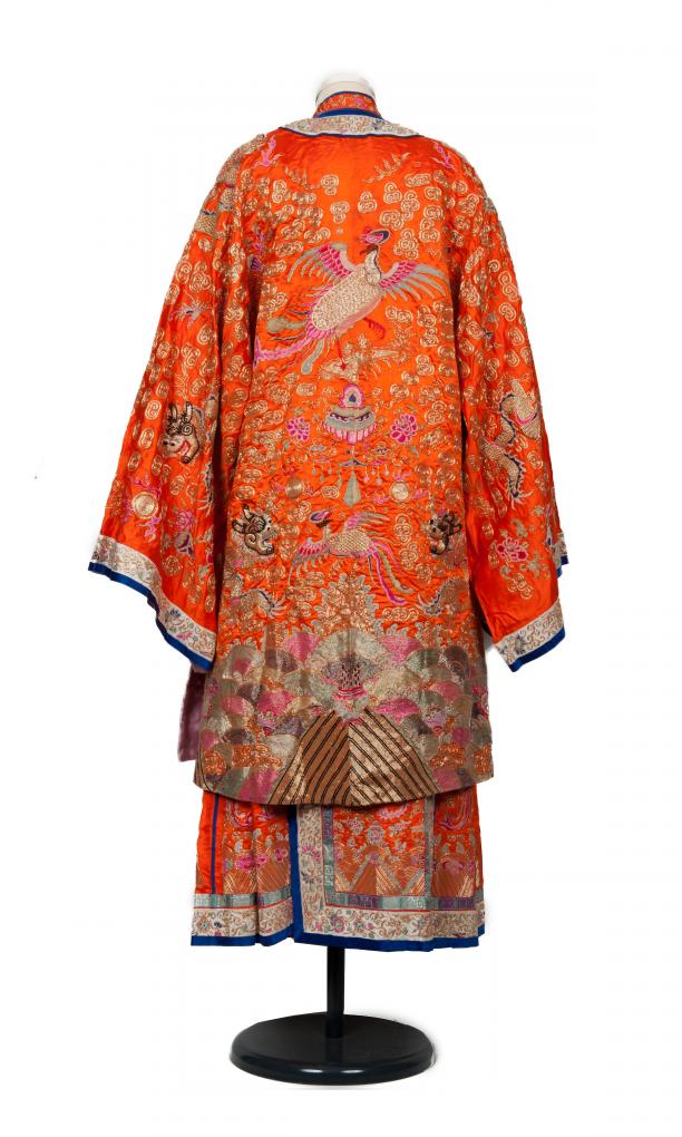 achterkant van oranje bruidskostuum vol borduursel