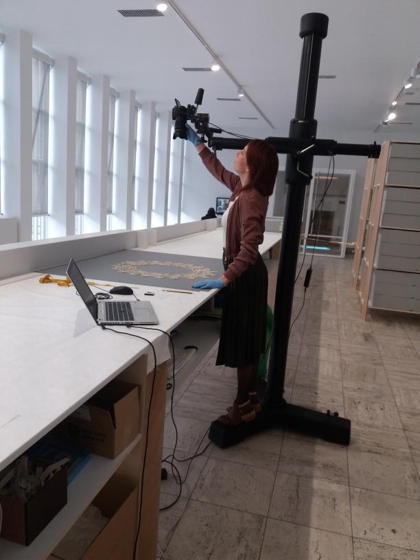 Foto 4. Een kraag wordt op de werkbank opgemeten en gefotografeerd. Foto: Anne Houk de Jong.