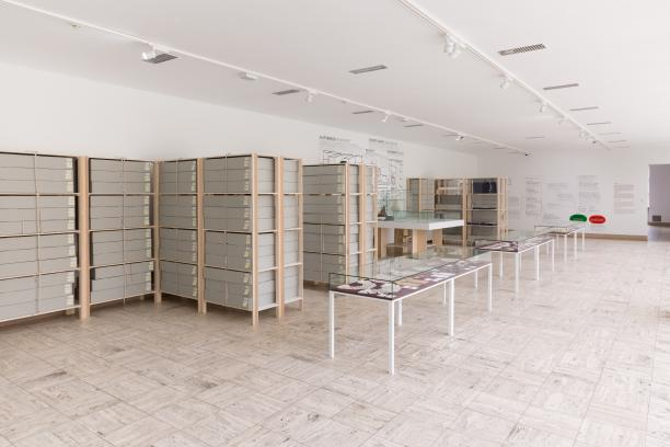 Foto 7. De werkbank heeft plaats gemaakt voor vitrines gevuld met kant. Foto: Nieuwe Beelden Makers.