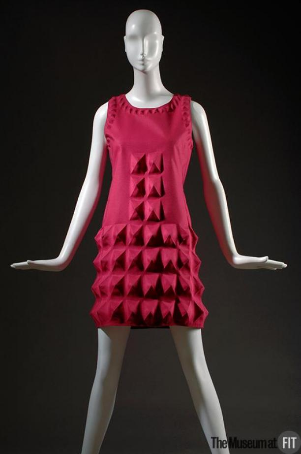 Jurk gemaakt van 'cardine', Pierre Cardin, 1968. Collectie: Fashion Institute of Technology, New York, gedoneerd door Lauren Bacall.