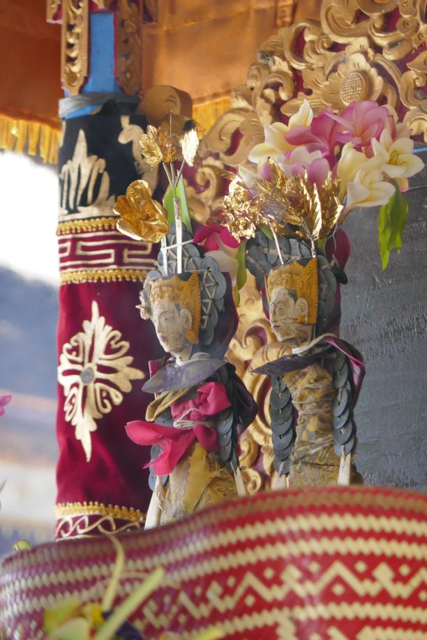 Afb. 7: Geklede godenbeeldjes in versierde tempel; Bali, Budakeling, 2018. Fotograaf: Francine Brinkgreve