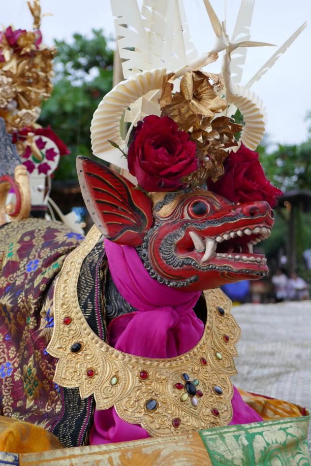 Afb. 8: Rijdier voor de goden, met gouden hoofd- en halssieraden; Bali, Sanur, 2018. Fotograaf: Francine Brinkgreve