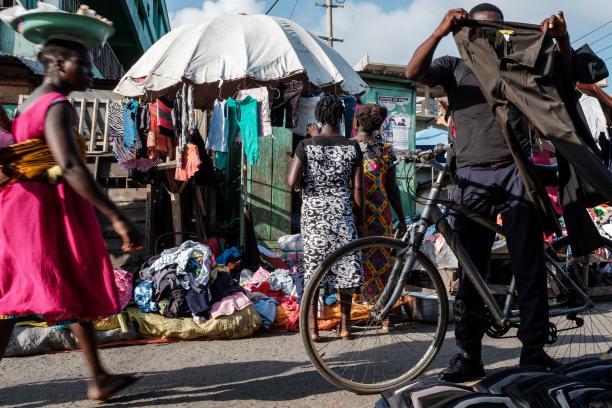 Kledingmarkt in Accra, foto: © Francis Kokoroko.