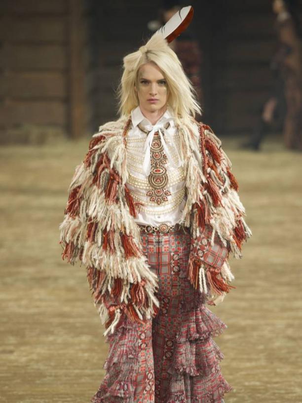 Native American geïnspireerde mode en sieraden op de catwalk voor Chanel Dallas Metiers d'Art show 2013/2014 (foto: Vogue.com, fotograaf: Evans Caglage / Firstview.com)