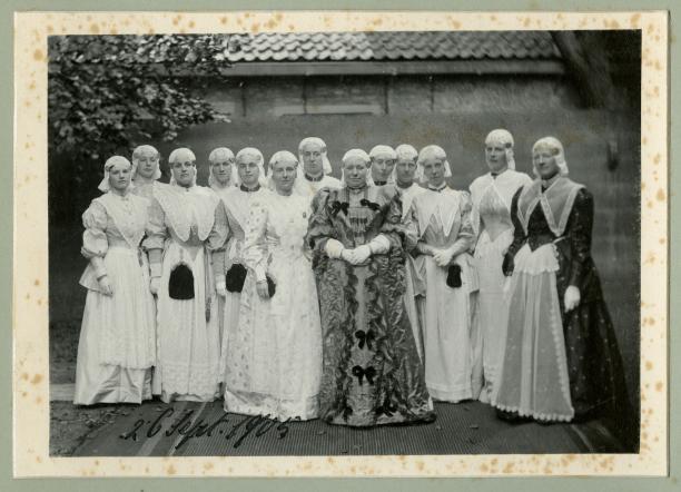 Wilhelmina temidden van Friese dames, 1905. Koninklijke Verzamelingen. Foto I.H. Slaterus