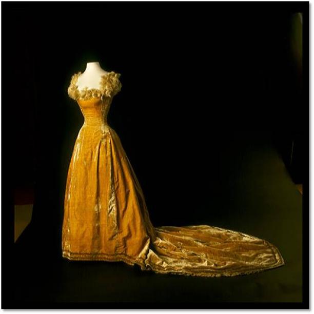 Afb. 5 Baljapon, goudfluweel met struisvogelveren, 1895, collectie Amsterdam Museum.