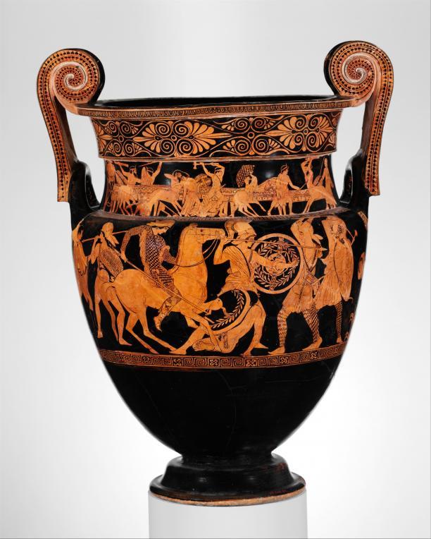 Foto van een zwarte Griekse vaas met in het geel amazones erop afgebeeld.